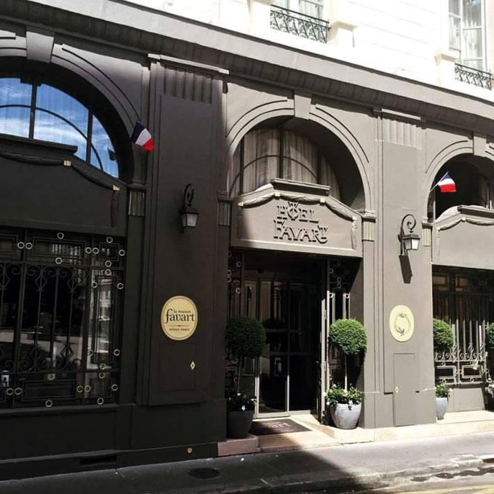 Строгий черный фасад бутик-отеля La Maison Favart фото