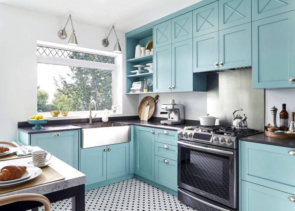 Красивая бирюзовая кухня с раковиной у окна фото