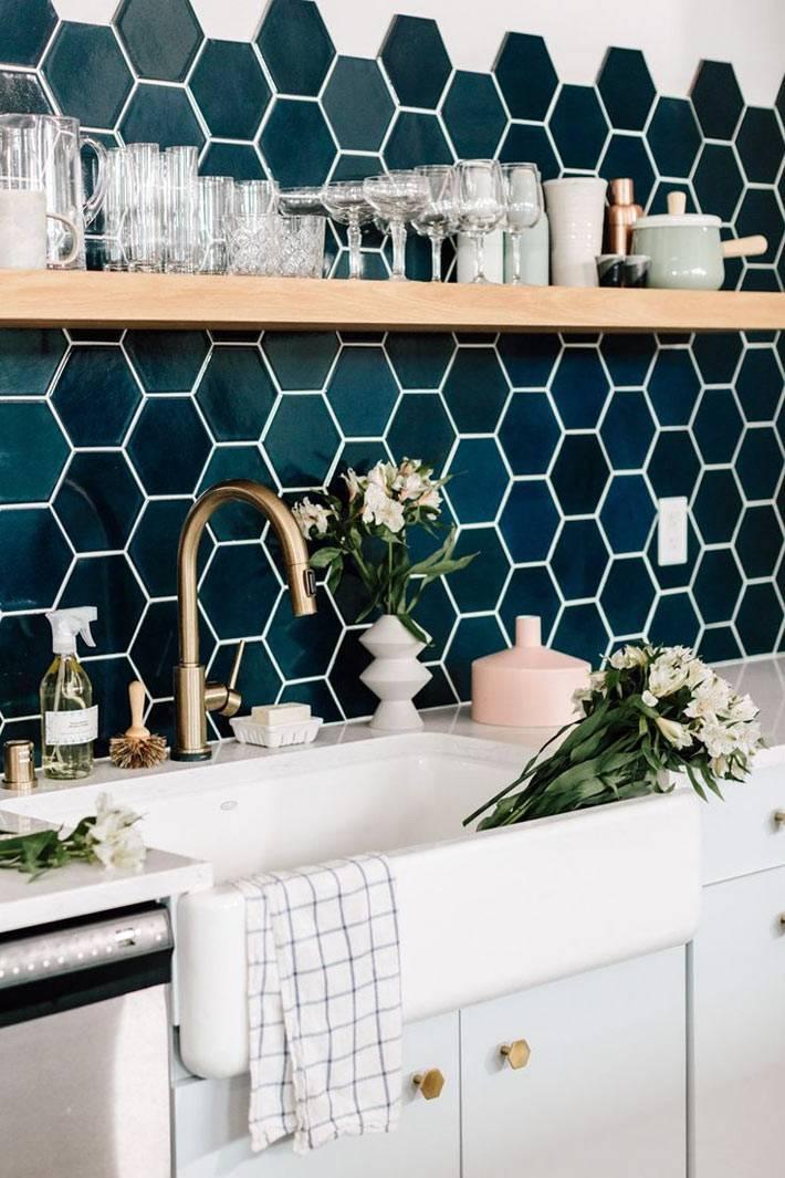 Плитка в форме сот на стене кухонного фартука фото