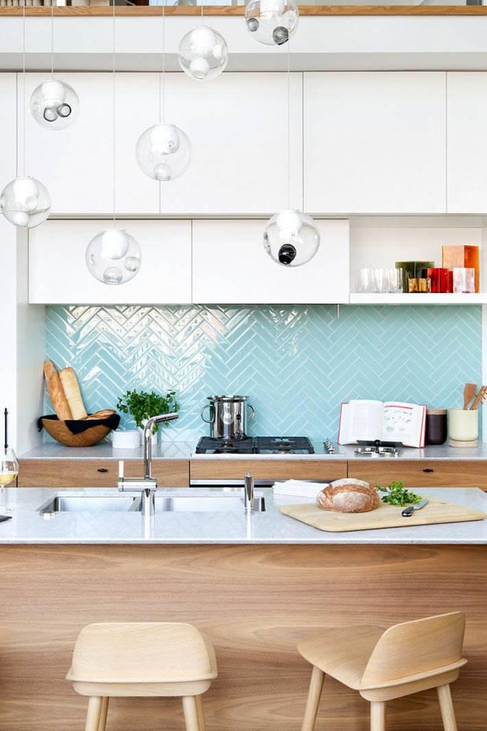 Голубая глянцевая плитка для оформления рабочей зоны на кухне фото
