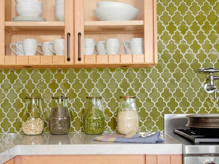 Кухонный фартук с узорами на глянцевой плитке фото