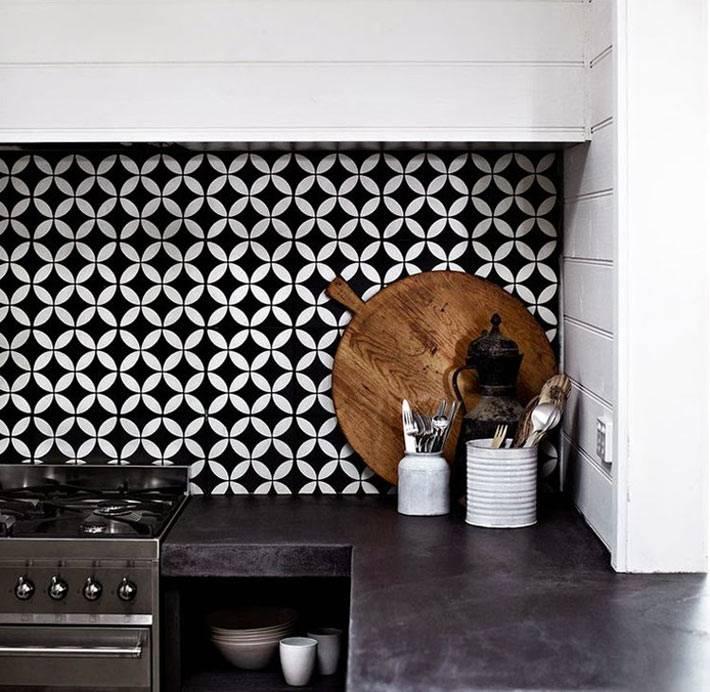 Плитка на кухонном фартуке с черно-белыми кружочками фото