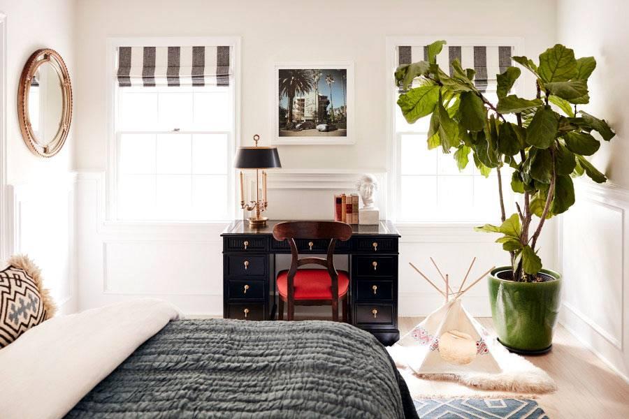 Дизайн спальни в белом цвете с большим цветком в вазоне