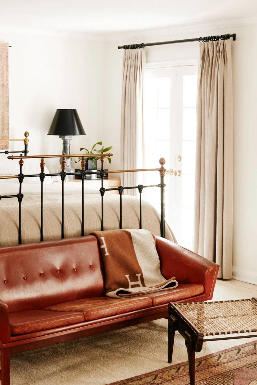 Бежевые шторы и покрывало на кровати бежевого цвета