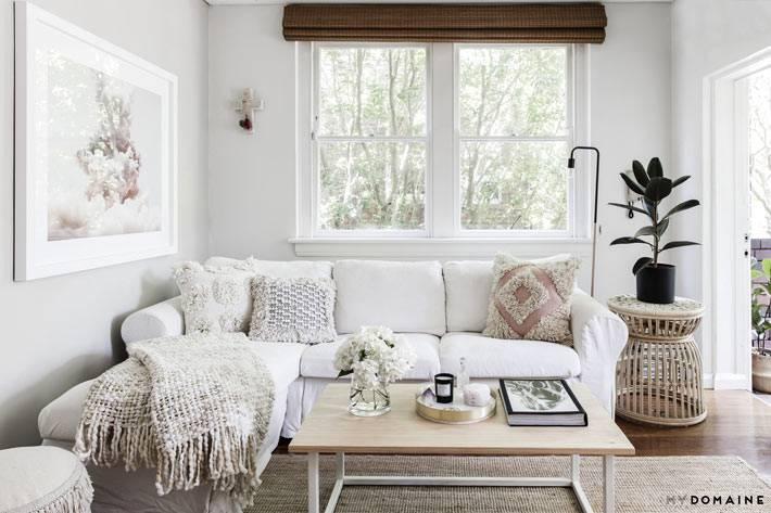 белый диван и белые стены в гостиной комнате фото