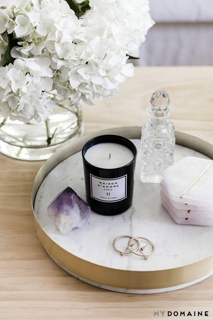 круглый мраморный поднос для хранения духов и свечей