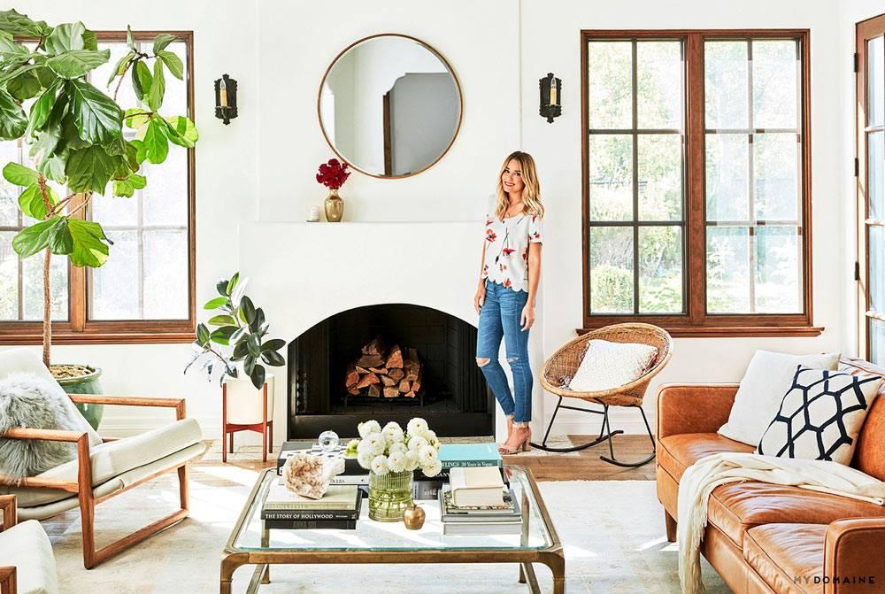 Белый цвет в гостиной комнате с натуральными материалами в мебели