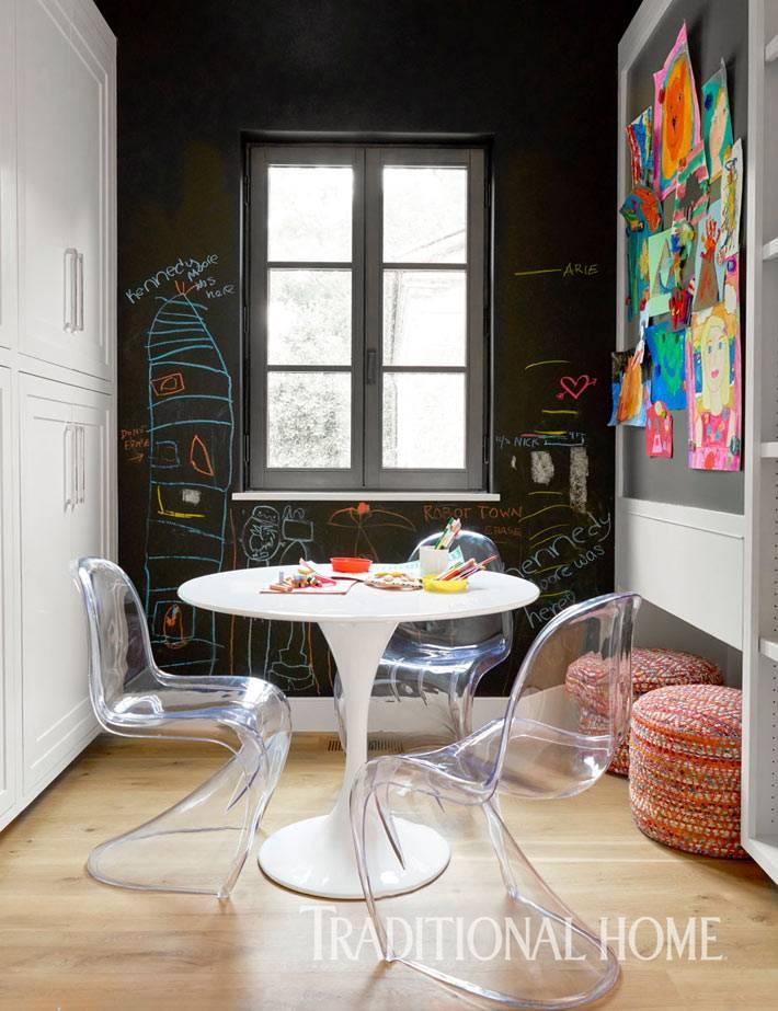 круглый стол и меловая стена в зоне детского обеденного уголка фото