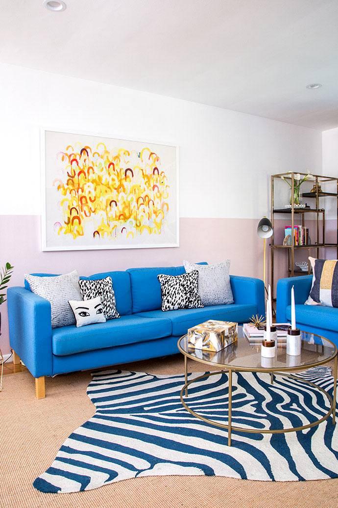 Синий мягкий уголок в дизайне гостиной квартиры фото
