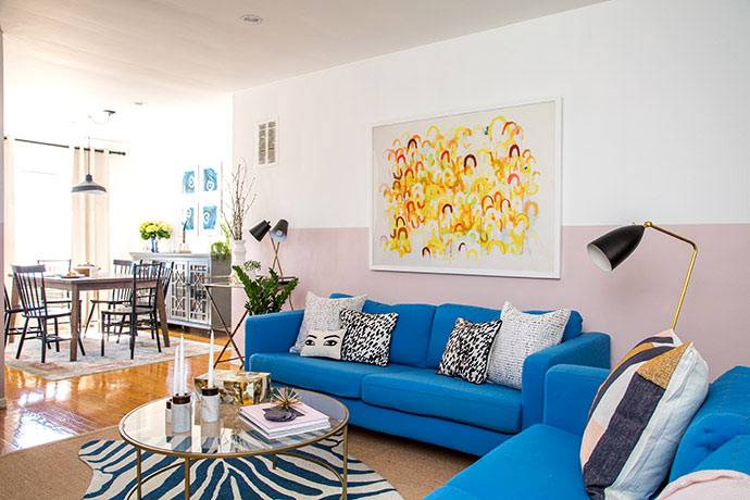 Дизайн квартиры-студии с синими диванами для девушки фото