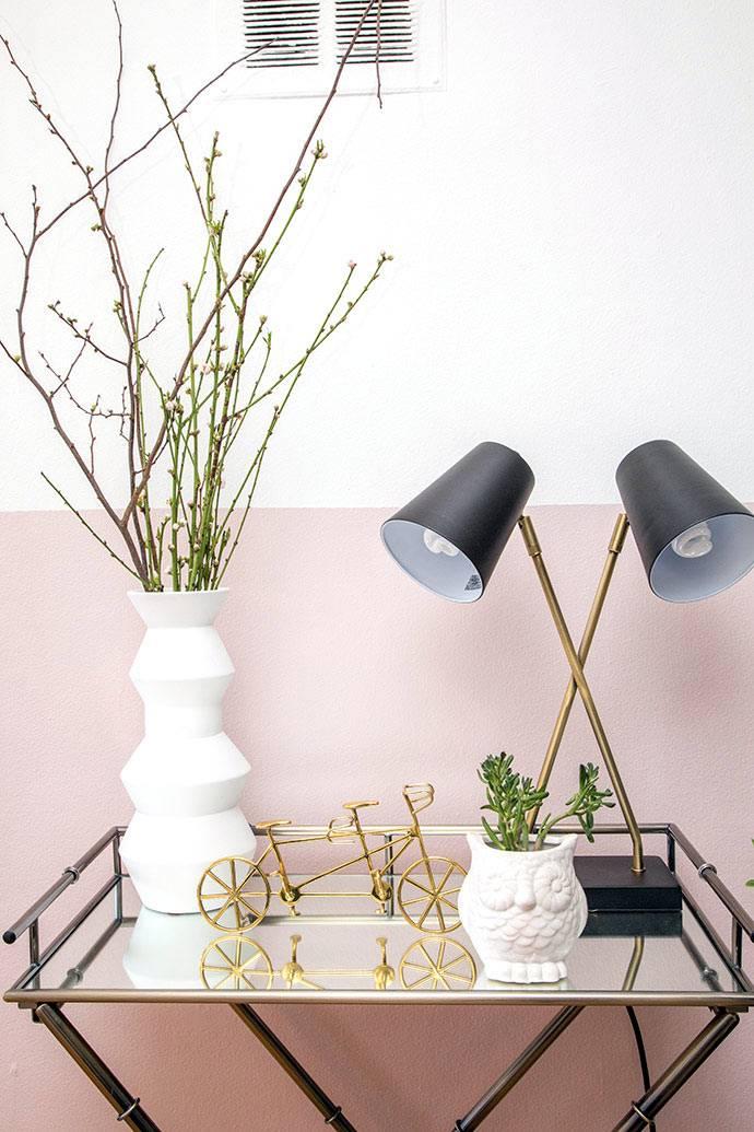 Металлические аксессуары в золотистом цвете в интерьере квартиры фото