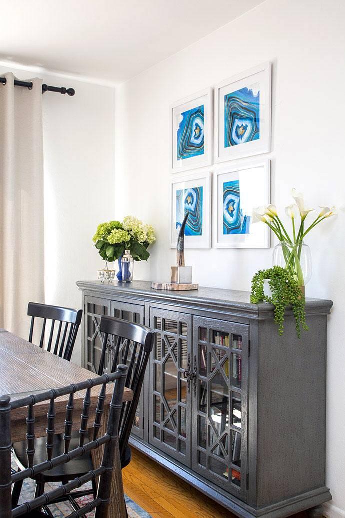 Композиция из 4 картин на стене в столовой зоне фото
