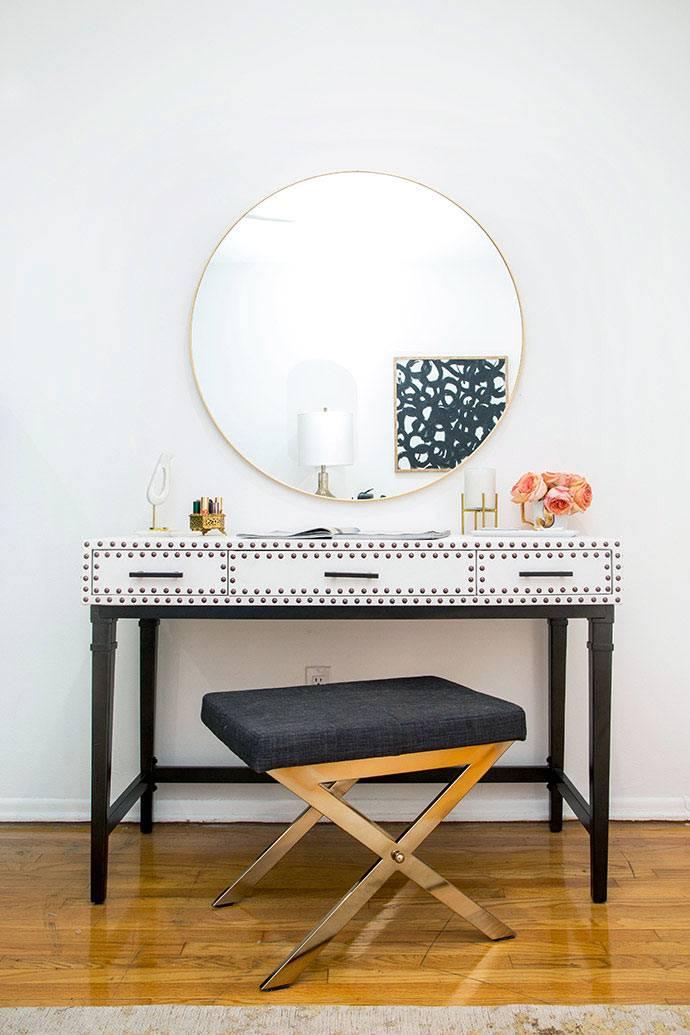 Большое круглое зеркало над белой консолью фото