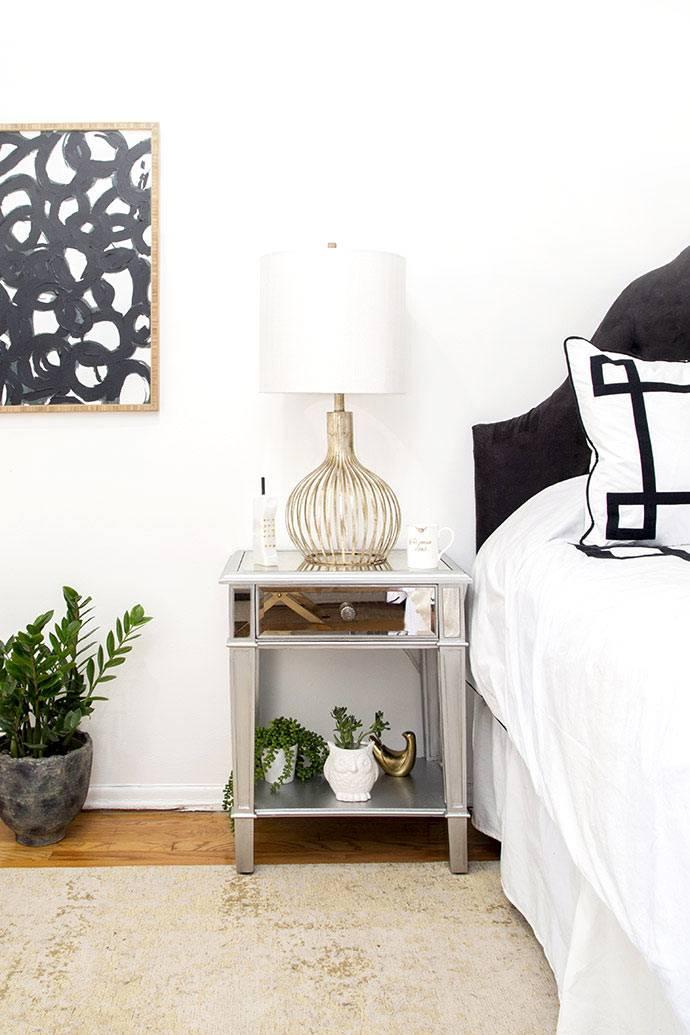 Спальня выполнена в черно-белом цвете фото
