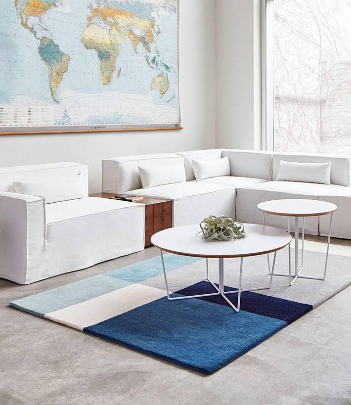 Белые круглые столики в центре интерьера комнаты фото