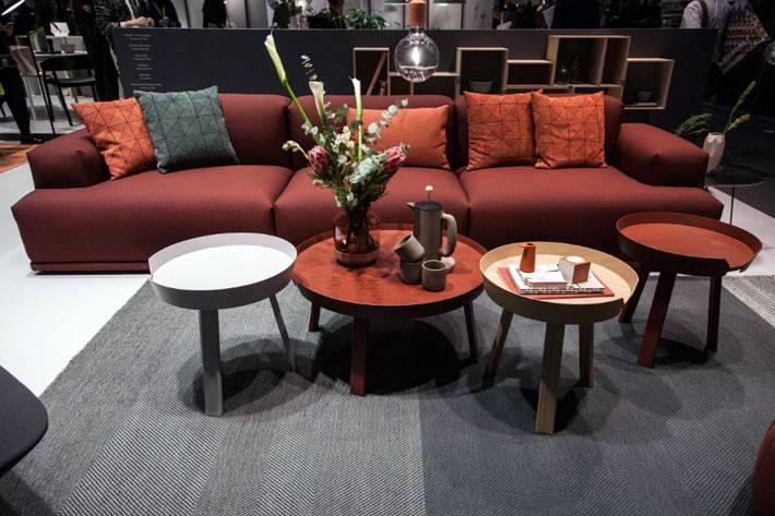Круглые кофейные столики разного цвета выстроены в одну композицию