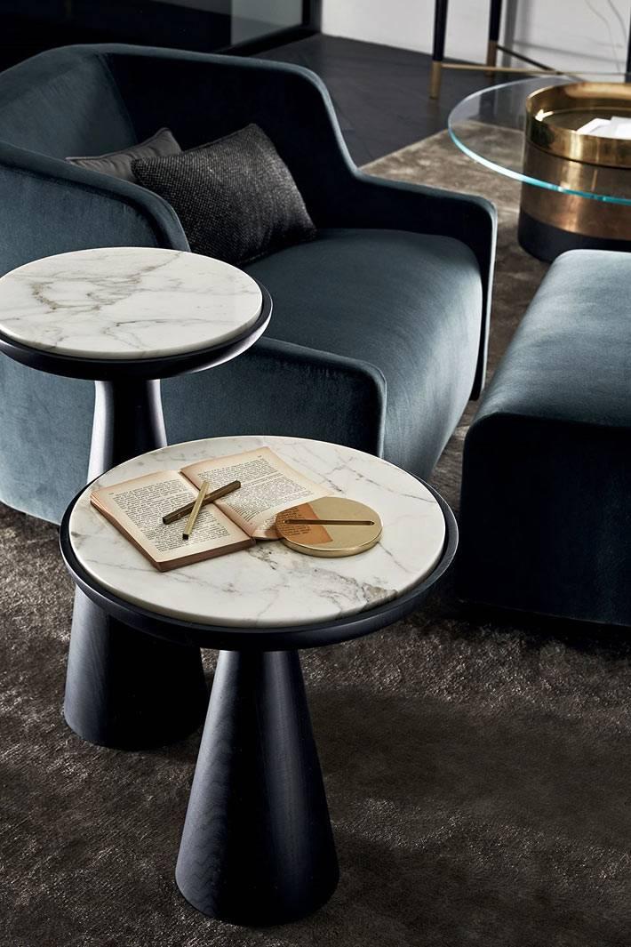 Мраморная столешница на столиках в форме табурета