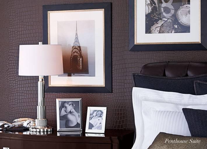 мужская спальня с коричневыми кожанными обоями
