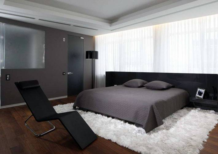 голый минимализм в оформлении мужчкой спальни