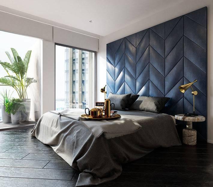 большая спальня, в которой стоит только кровать фото