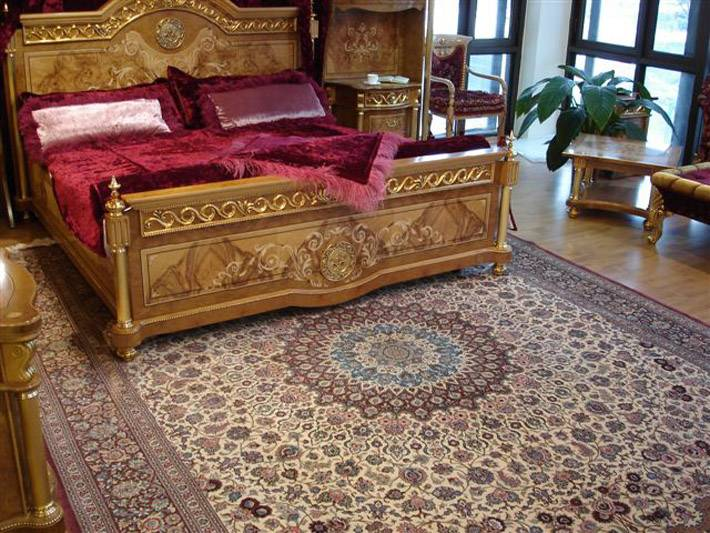 Персидский ковер ручной работы в спальне фото