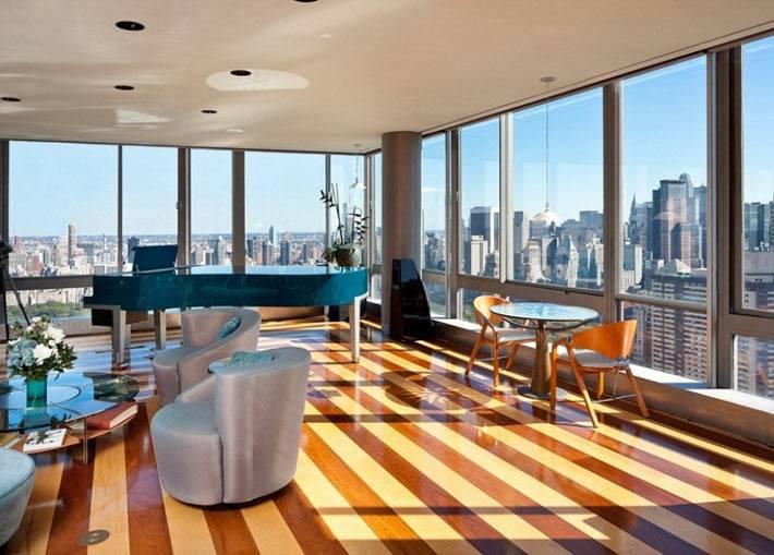 Полосатый лакированный пол в интерьере квартиры с панорамными окнами