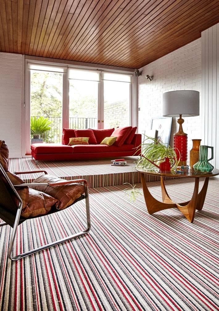 Ковер в белую и красную полоску в интерьере с подиумом фото