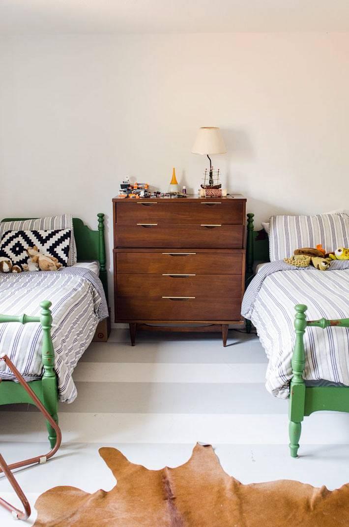 Бледно-серые полоски на полу детской комнаты фото