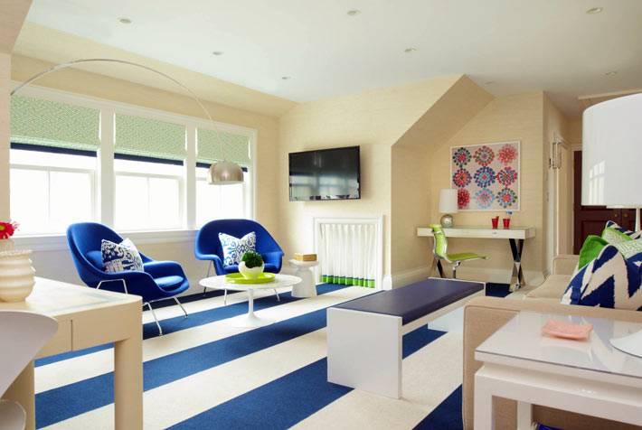 Светлая комната с полосатым синим полом фото