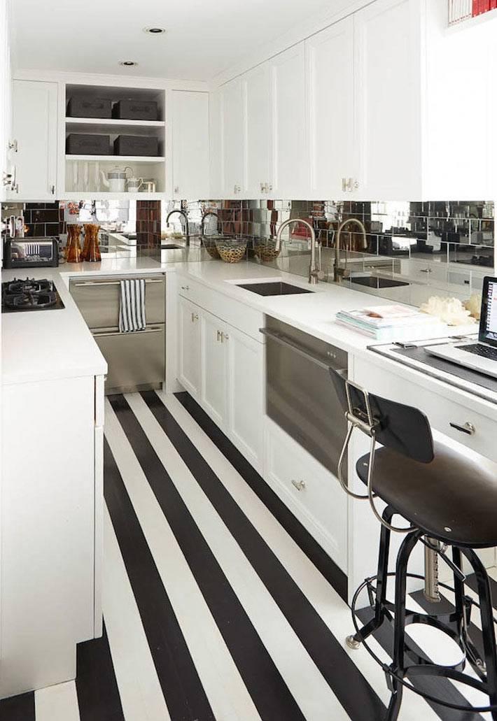 Визуальное удлинение интерьера кухни за счет черно-белых полос на полу