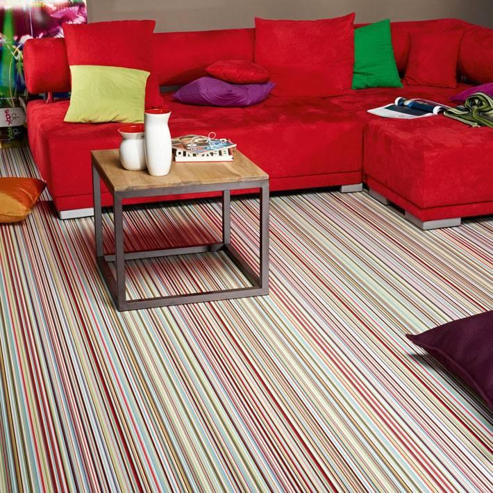 Преобладающий красный цвет в мебели и дизайне пола фото