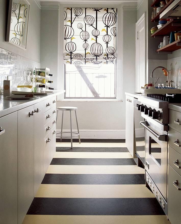 Маленькая кухня с полосатым полом фото