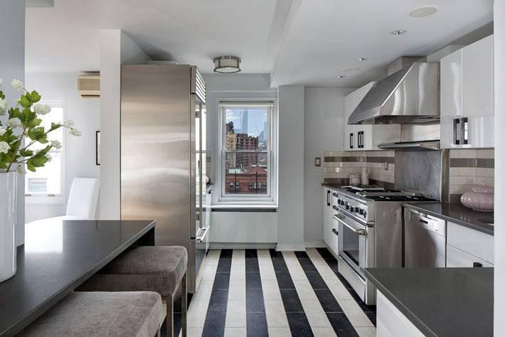 серый цвет кухни с полосатым дизайном пола фото