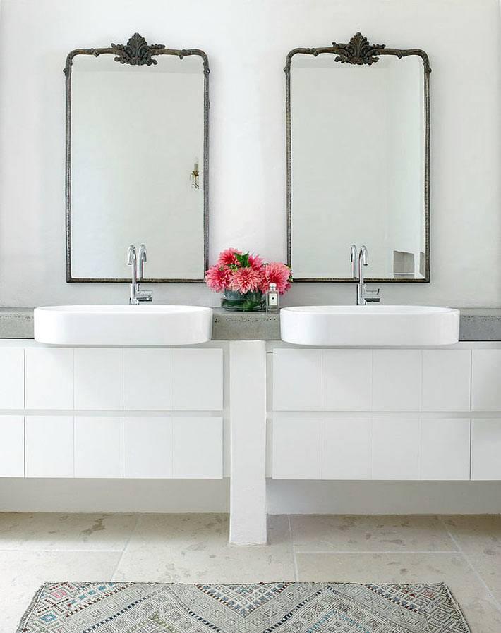 Два умывальных места в интерьере одной ванной комнаты фото
