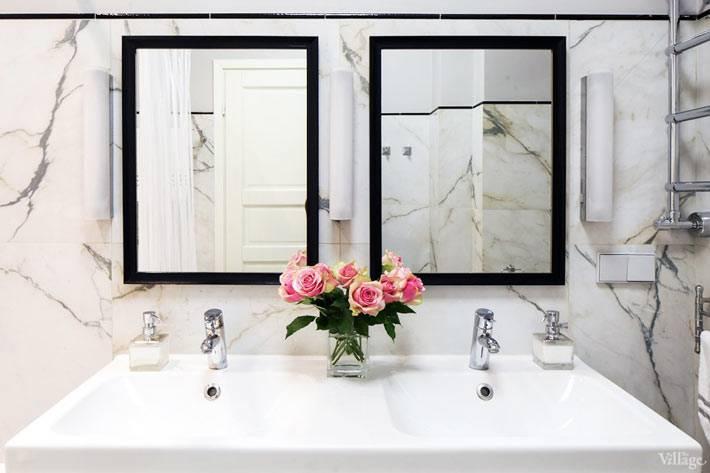 Двойной умывальник и мраморные стены в интерьере ванной комнаты фото