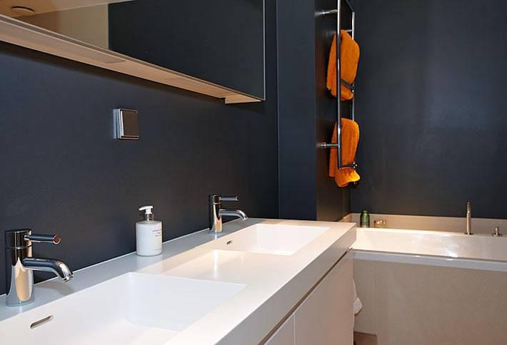 Минимализм в черно-белой ванной с двойным умывальником фото