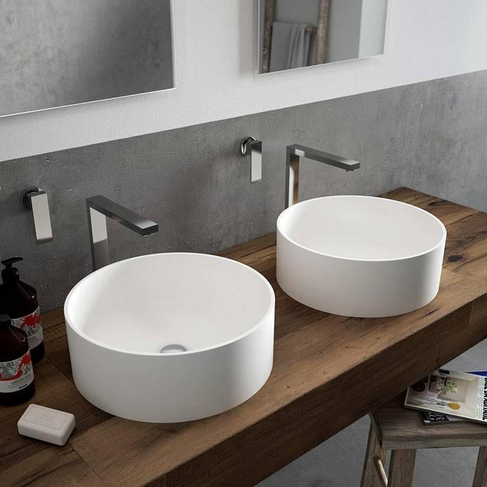 Два глубоких умывальника круглой формы в интерьере ванной фото