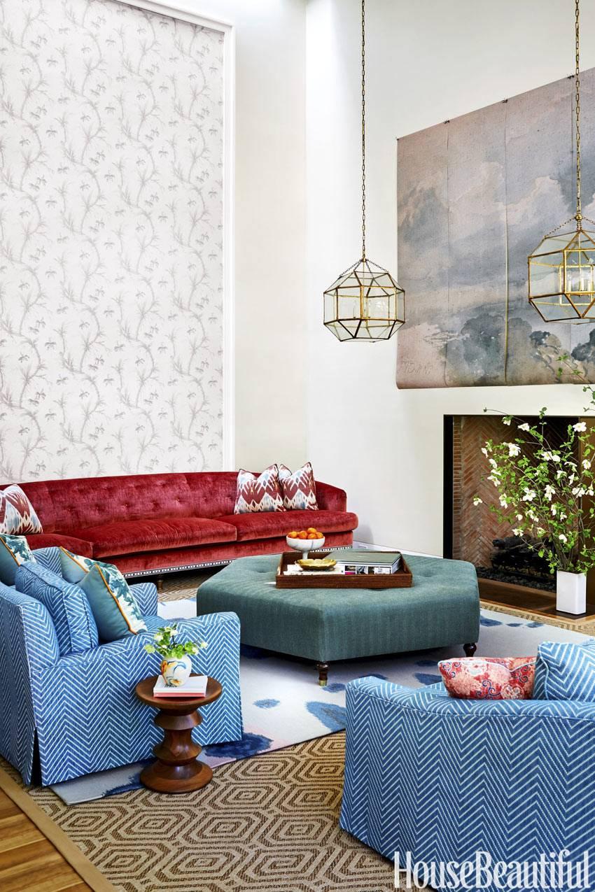 композиция мягкой мебели разных цветов в гостиной комнате
