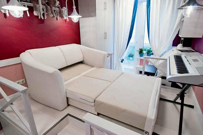 белый раскладной диван с двумя спальными местами фото
