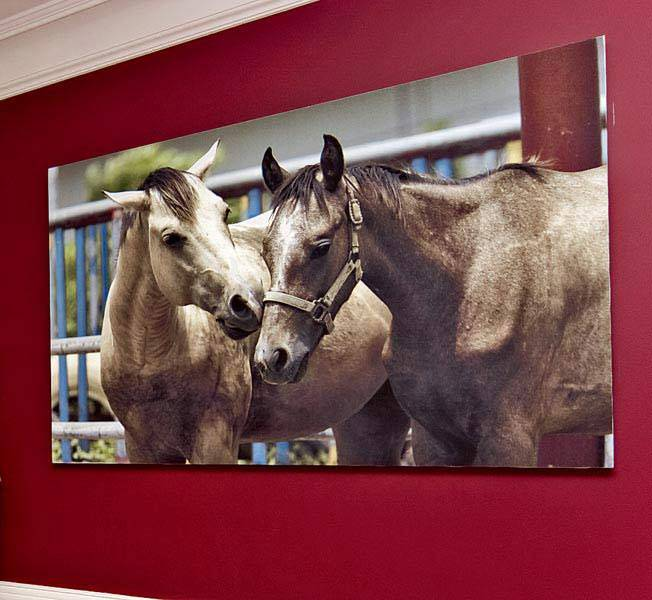 большая картина с лошадками украшает стену в детской