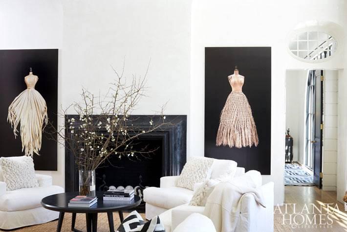 Черный портал камина в интерьере гостиной комнаты фото