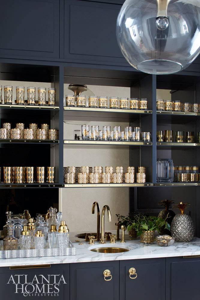Черный шкаф с открытыми полками для хранения стаканов
