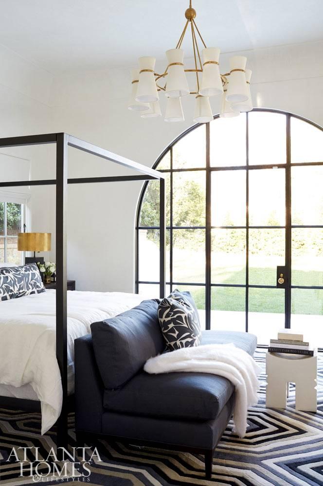 дизайн спальни с арочной дверью в сад