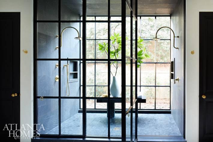 стеклянные перегородки вместо стен в душевой комнате фото