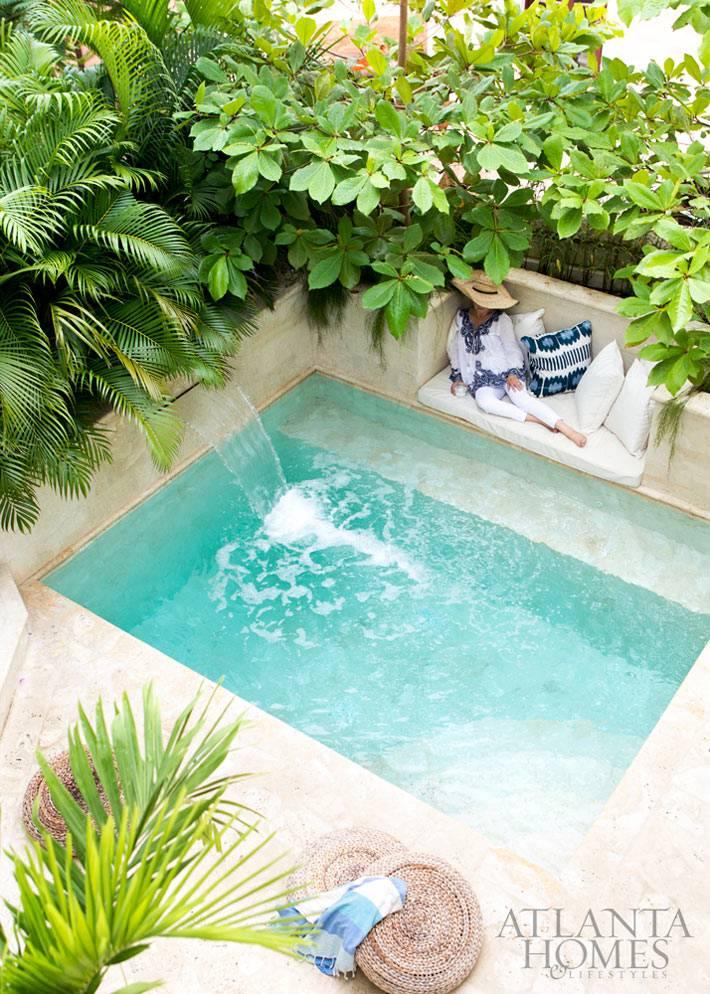 изумрудная вода бассейна во внутреннем зеленом дворе