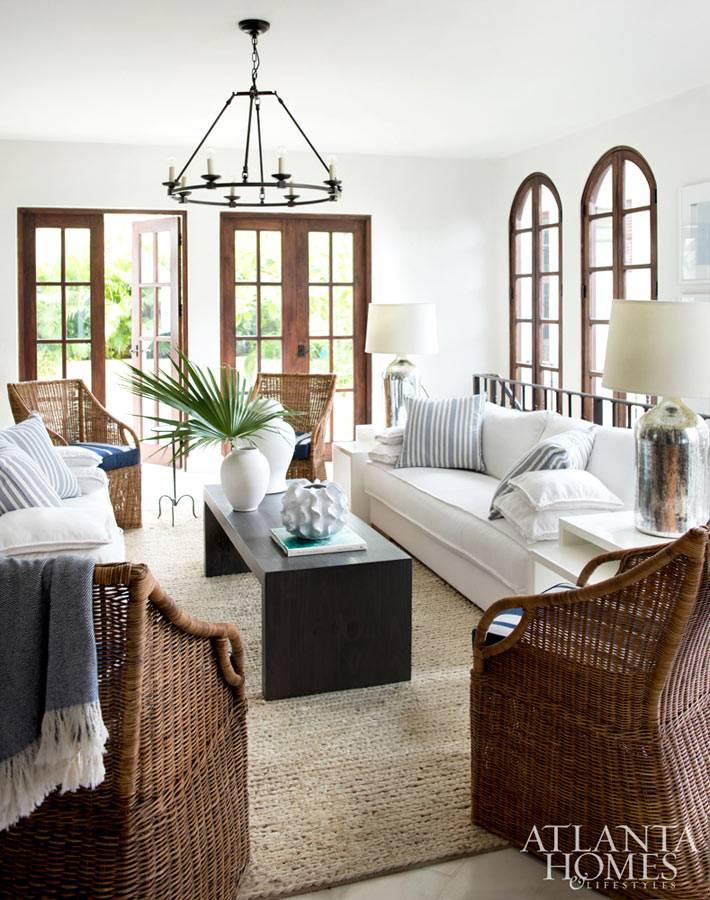 плетеная мебель и дерево в оформлении гостиной комнаты