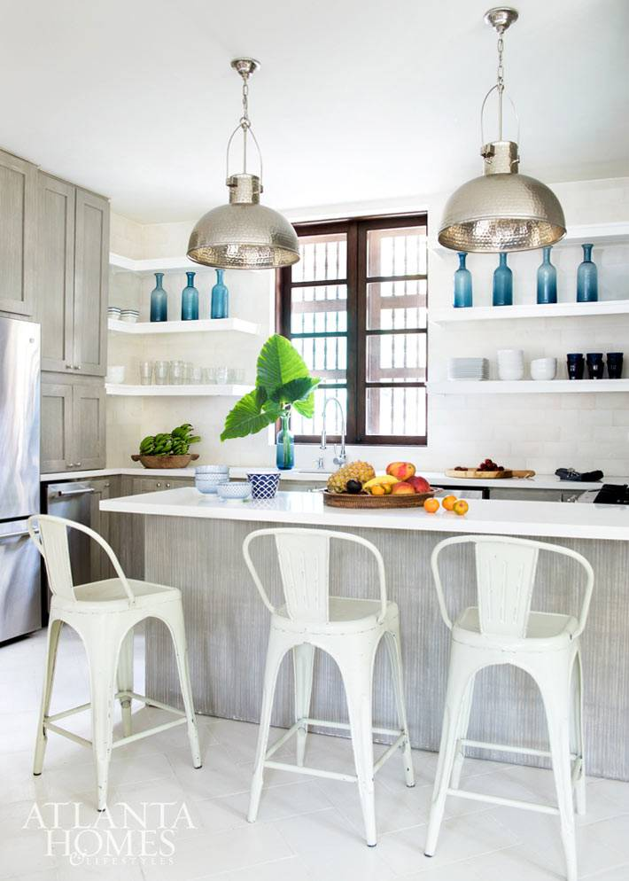 декоративные синие бутылки на открытых полках кухни
