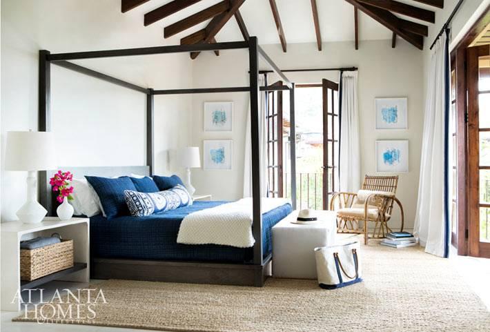 кровать с деревянным пологом в интерьере спальни
