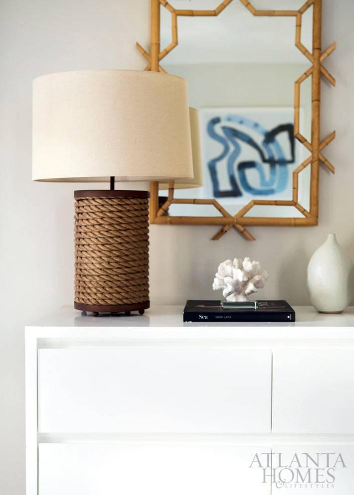 лампа украшенная бечевкой и бамбуковая рама для зеркала