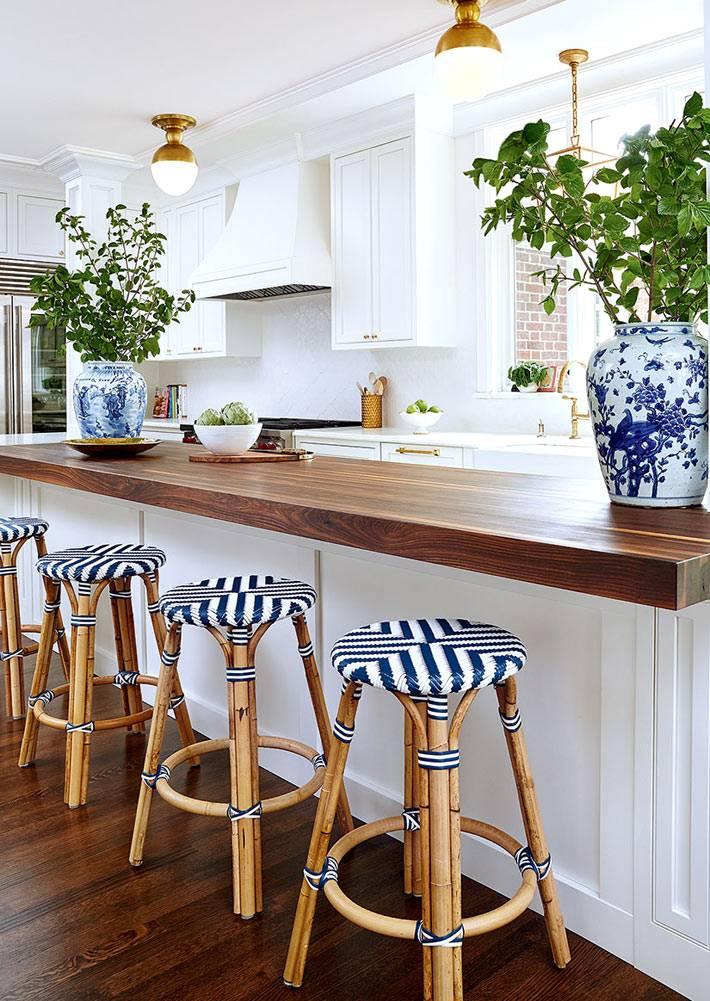 китайские вазы и табуретки в бело-синей гамме